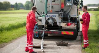 2 Mitarbeiter reinigen eines Kanals